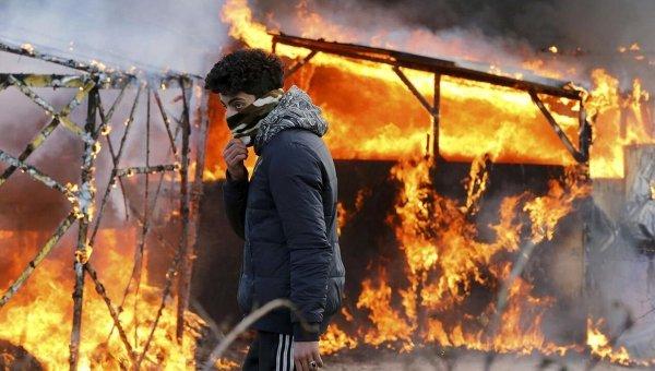 Мигранты во французском Кале жгут дома